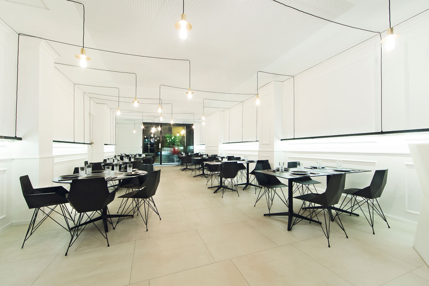hospitalitydesignfurniture-tables-chairs-faz-blancinegrerestaurante-ramonesteve-vondom
